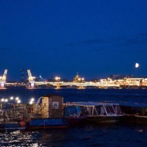 Links donker: Troitsky brug