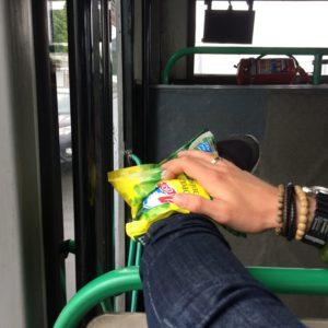 Linda haar enkel koelen onderweg in de bus